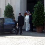 12.06.2014 - Il Santo Padre si reca al Concistoro ordinario